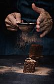 Schokoladenbrownies werden mit Kakao bestäubt