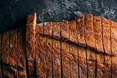 Hausgemachtes rustikales Brot, in Scheiben geschnitten
