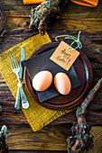 Rustikales Ostergedeck mit knorrigen Ästen und frischen Eiern
