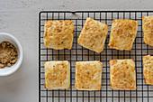 Kekse mit Marmelade auf Abkühlgitter
