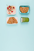 Take-away breakfast with a smoothie and porridge