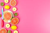 Verschiedene frische Früchte mit Messer