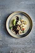 Schwarzer Reis mit geröstetem Blumenkohl und Avocadocreme