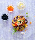 Seelachs-Frikadelle auf lila Kartoffelgratin mit Schmand und Forellenkaviar