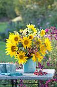 Spätsommerstrauß mit Sonnenblumen und Zieräpfeln