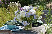 Sommerstrauß aus Rosen, Skabiosen, Fencheldolden und Rittersporn
