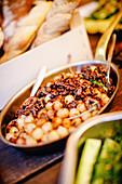Antipasti-Silberzwiebeln mit Walnüssen und Cayennepfeffer