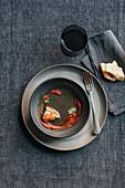 Leergegessener Teller mit Brotstück und Saucenrest