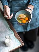 Grobkörnigen Senf zu rohen Eiern geben