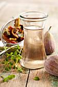 Selbstgemachter Feigen-Minz-Sirup in Weckflasche
