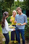 Menschen essen Nektarinensalat mit Parmaschinken auf Grillfest