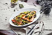 Gebratener Lachs mit Pinienkern-Salsa