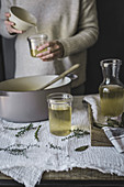 Selbstgemachte Detox-Gemüsebrühe in Gläser abfüllen