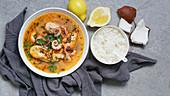 Tom Yum mit Garnelen, Krake und Reis (Thailand)