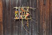 Herbstliche Dekoidee am Scheunentor