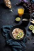Müsli mit frischen Früchten, Saft und Mandelmilch