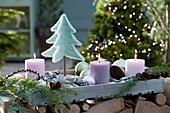 Weihnachtliche Deko mit Filzbäumchen, Kerzen, Zapfen und Kugeln