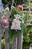 Nikolaus - Gebinde am Gartenzaun mit Säckchen und nummeriertem Stern