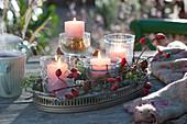 Schneller Adventskranz mit Windlichtern auf Tablett