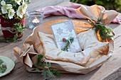 Sternförmiges Brot mit Weihnachtskarte und Zweigen von Hemlocktanne