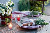 Kräuterstrauß aus Rosmarin und Lavendel als  Tellerdeko, Christrose 'Wintergold'