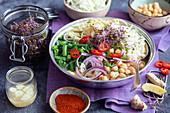 Hühnerbrühe mit Nudeln, Bohnen, Kichererbsen und Chinakohl