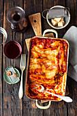 Cannelloni mit Spinat-Fetafüllung und Tomatensauce in Auflaufform