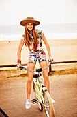 Mädchen mit Hut stehend auf dem Fahrrad