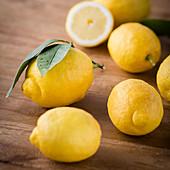Zitronen mit Blättern