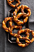 Crispy black-and-white pretzels