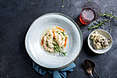 Vegane Teigtaschen mit Bratkartoffel-Pilz-Füllung in Gemüsebrühe