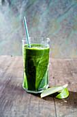 Grüner Apfel-Spinatsmoothie im Glas
