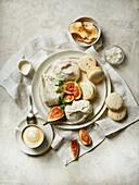 Baisergebäck und Macarons mit frischen Feigen zum Kaffee