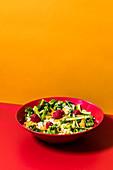 Sommerlicher Couscoussalat mit Himbeeren und Gemüse