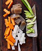 Konnyaku (Konjak-Block) und frisches Gemüse in Streifen geschnitten