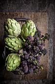 Artischocken und Purple Sprouting Broccoli in Drahtkorb