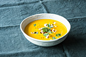 Vegane Möhren-Ingwer-Suppe mit Cashewkernen