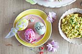 Eiersalat mit frischem Schnittlauch und verzierte Eier zu Ostern