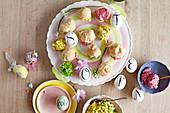 Kleine Scones mit verschiedenen Aufstrichen zu Ostern
