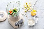Gemüse im Mixer zu Drinks pürieren