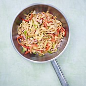 Pointed cabbage and peppers with pasta and turkey ham