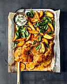 Orangenhähnchen mit Kartoffeln, Spinat und Minze-Dip vom Blech