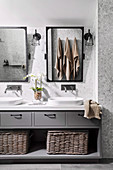 Waschtisch in Grau mit zwei Waschbecken und Aufbewahrungskörben