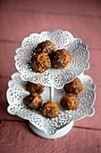 Chia-Aprikosenbällchen mit Limette und Kokos auf Etagere