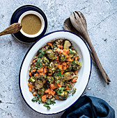 Geschmorter Rosenkohl und Kürbis mit Quinoa in Emailschüssel