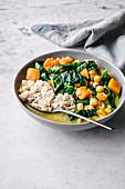 Gemüsecurry mit Kürbis, Kichererbsen und Spinat serviert mit Reis (Asien)
