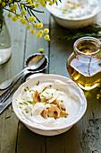 Syllabub (Dessert, England) mit Limette und Mandelflocken
