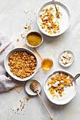 Selbstgemachtes Frühstücksmüsli mit Joghurt, Granola und Blütenpollen