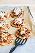 Mini wholegrain pizzas with minced meat and cheese