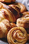 Selbst gemachtes Blätterteiggebäck: Zimtschnecke, Croissant (Close Up)